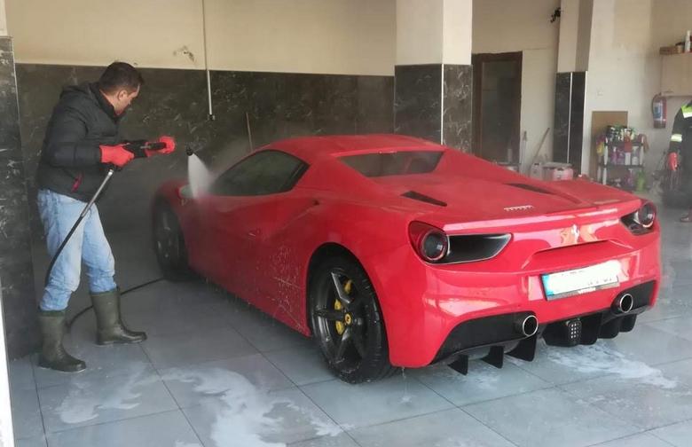Ferrari Yıkanırken